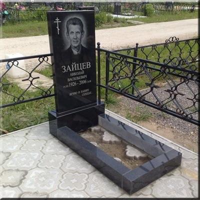 Памятник одинарный из черного гранита с портретом и надписями