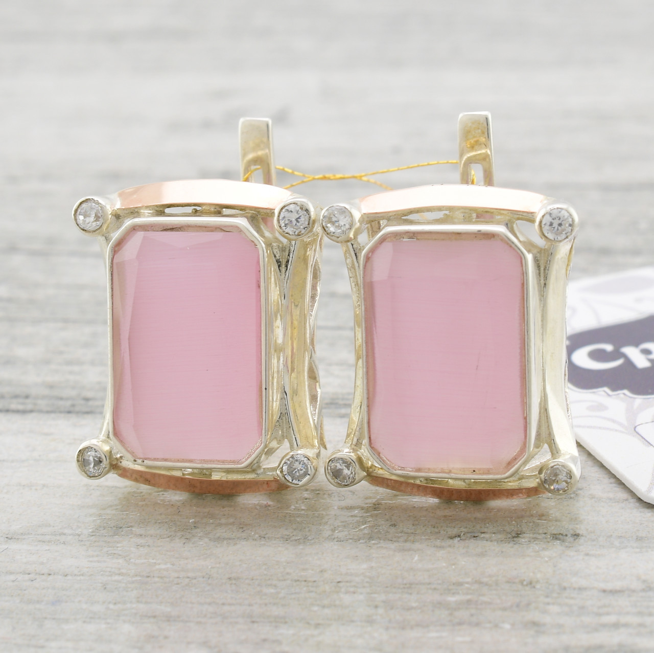 Серебряные серьги с золотыми пластинами Глория размер 21х17 мм вставка розовый улексит вес 12.7