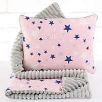Плед и подушка со звёздами серо-розового цвета.