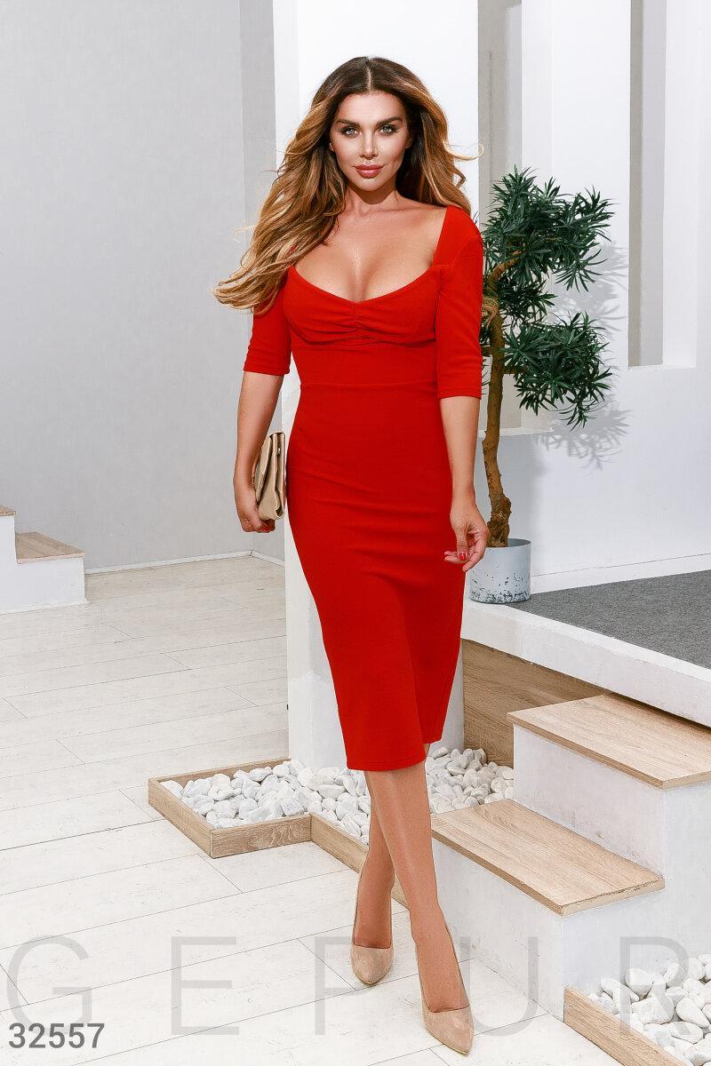 Облегающее платье миди с большим вырезом красное