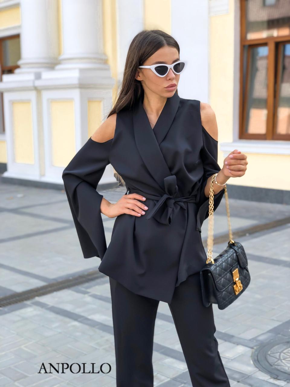 Женский брючный костюм с удлиненным жакетом и открытыми плечами 17kos242