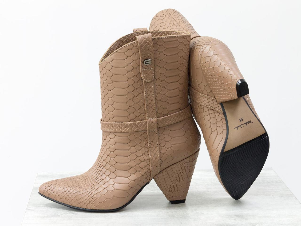 Стильные сапоги казаки из натуральной кожи цвета молочный шоколад на устойчивом высоком треугольном каблуке