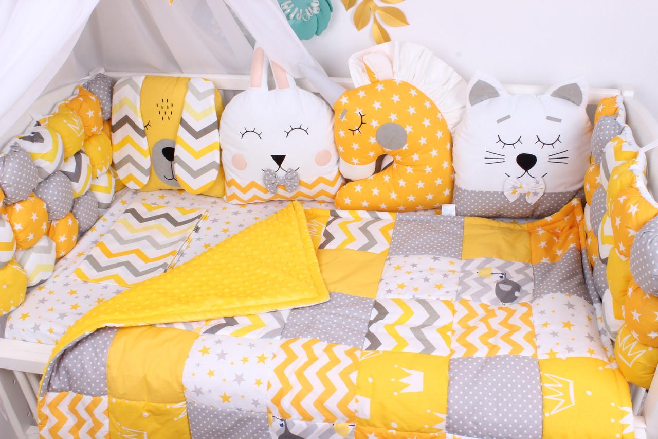 Комплект бомбон и игрушки в кроватку в желтом цвете