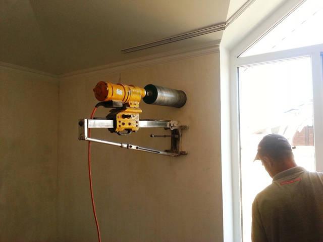 Сверление отверстия в стене для притока воздуха в жилую комнату (спальню). Монтаж стенового приточного клапана.