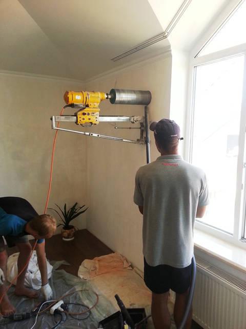 Сверление отверстий для стеновых приточных клапанов.