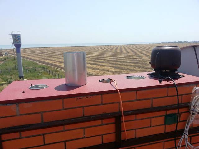 Установка гибридных вентиляторов для вентиляции дома на кирпичный дымоход.