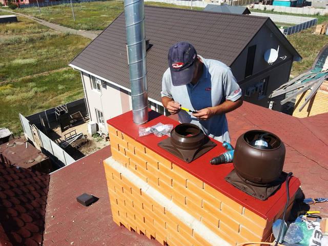 Монтаж гибридных вентиляторов и вентиляционных дефлекторов на кирпичный дымоход.