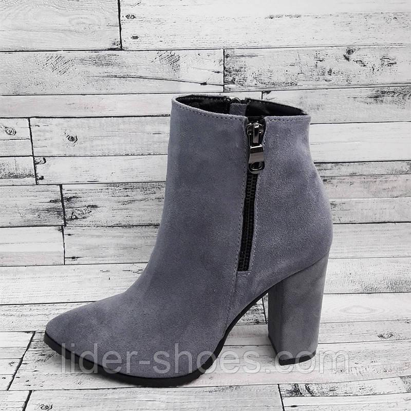 Женские замшевые ботинки серого цвета