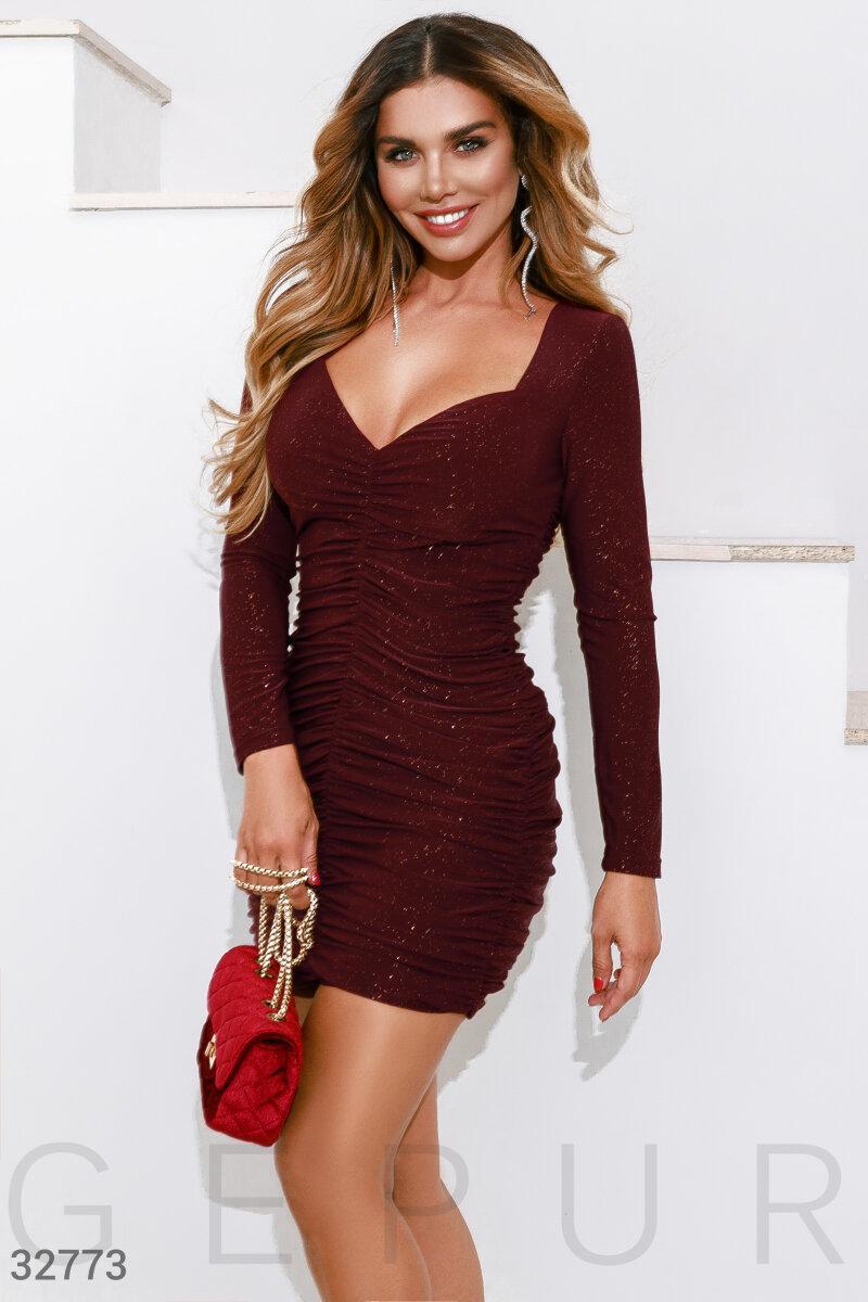 Облегающее платье мини со складками спереди бордовое