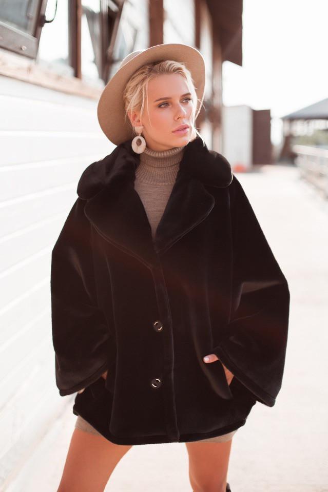Женская модная короткая шуба из эко-меха кролика ,черного цвета