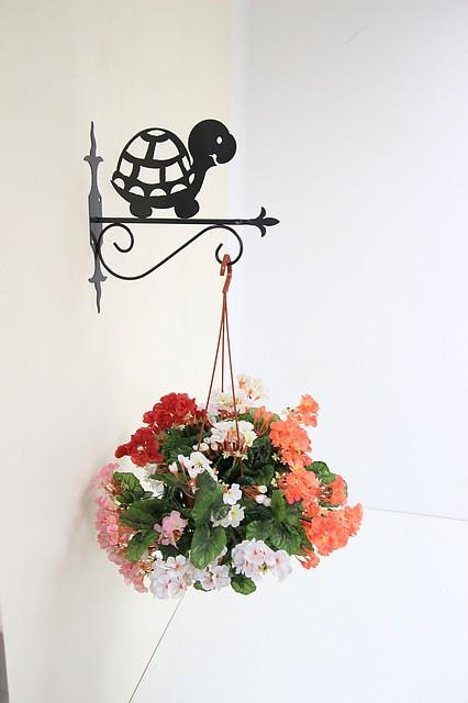 Кованые подставки для подвесных цветов.