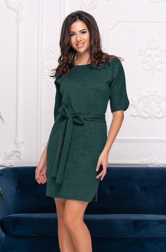 Трикотажное короткое платье с поясом