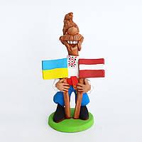 Глиняная статуэтка. Козак с двумя флагами (Украина, Латвия). Украинский сувенир