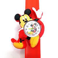 Детские часы Микки Маус на красном силиконовом флип-ремешке.