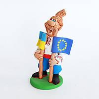 Глиняная статуэтка. Козак с двумя флагами (Украина, Евросоюз). Украинский сувенир