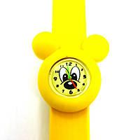 Детские часы Микки Маус на желтом силиконовом флип-ремешке.