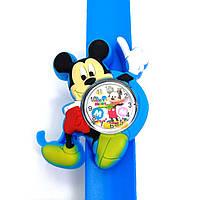 Детские часы Микки Маус на голубом силиконовом флип-ремешке.