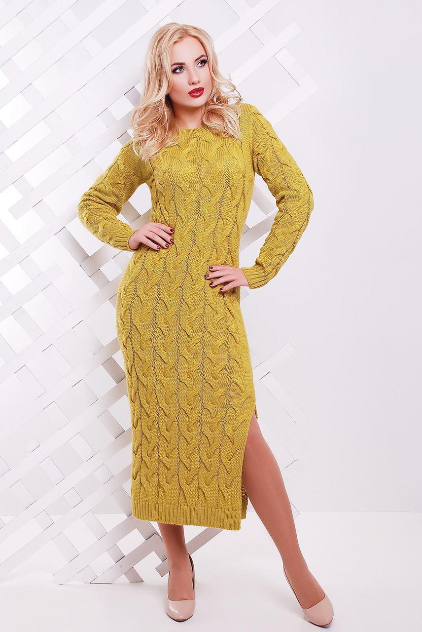 Яркое зимнее платье плотной вязки по фигуре цвет горчичный