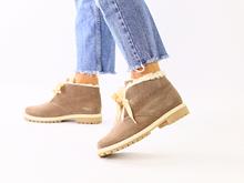 Женские зимние замшевые ботинки цвета капучино
