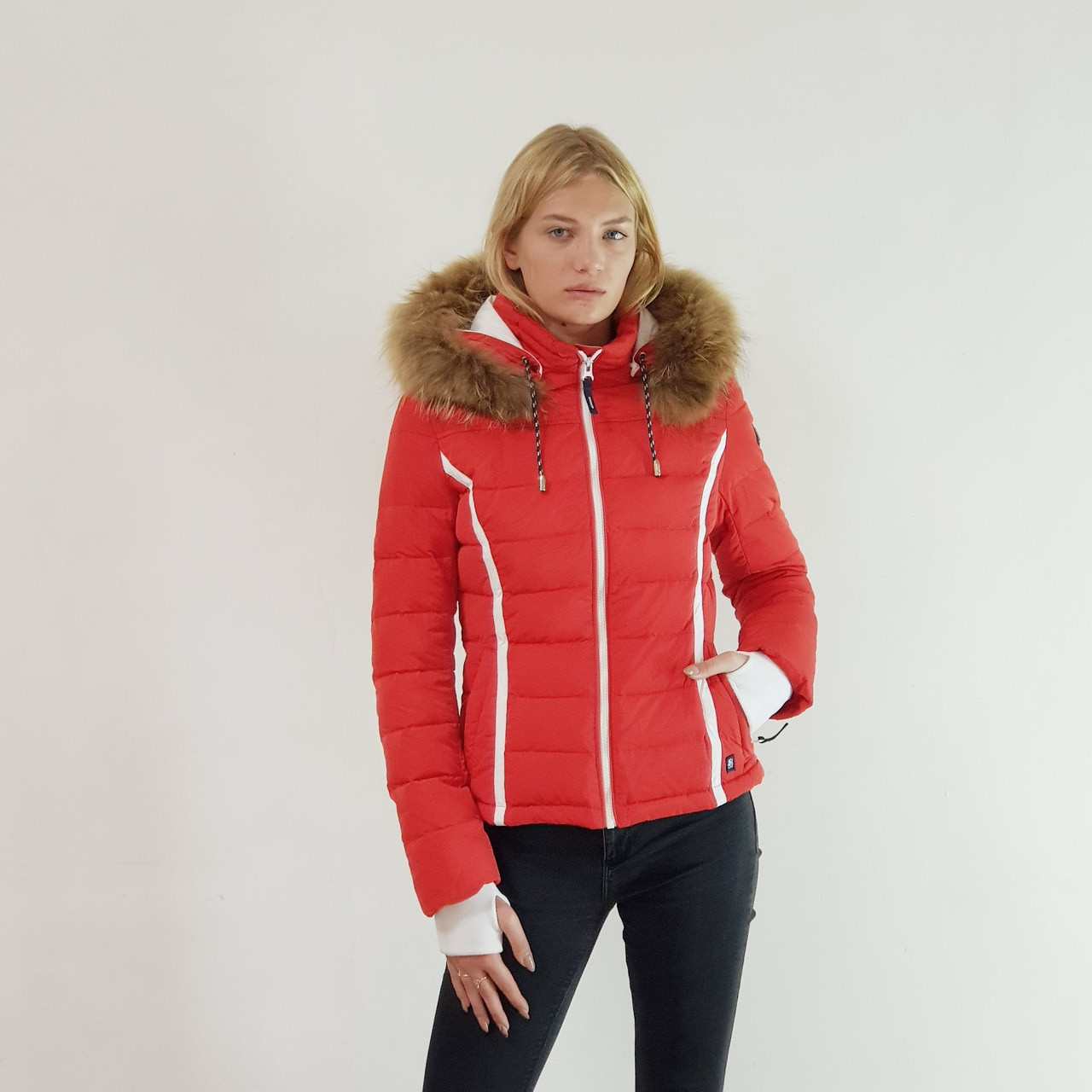Пуховик женский зима короткий Snowimage с капюшоном и натуральным мехом (енот) красный, распродажа