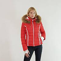 Пуховик-куртка зимний короткий женский Snowimage с капюшоном и натуральным мехом (енот) красный