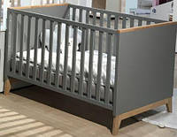 Детская кроватка с комодом с пеленальным столиком.