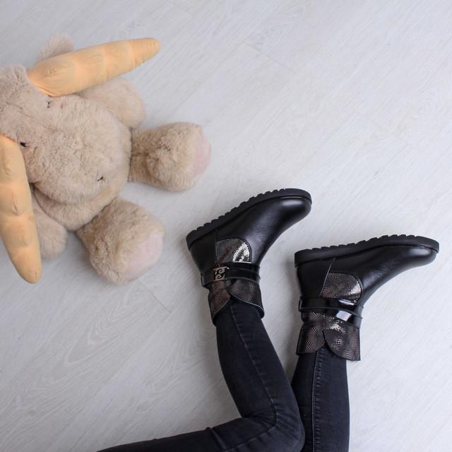 Женские кожаные угги с декорированным голенищем с ремешками