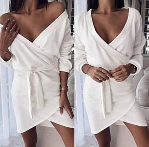 Стильное платье мини на запах с декольте белое