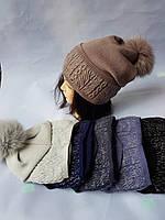 Молодежная вязаная шапка на флисе для девочки с песцовым помпоном