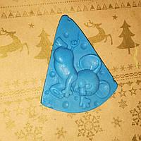 65 г. Мыло натуральное ручной работы мышка в сыре голубого цвета. Подарок семье к новому году
