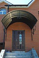 Деревянные входные двери со стеклопакетом, ковкой и резьбой