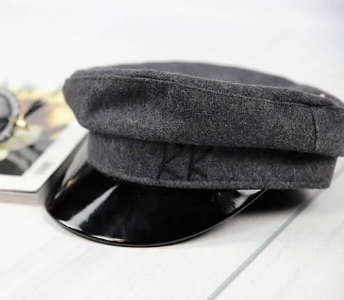 Серая женская кепка из фетра с лаковым козырьком, фото 2