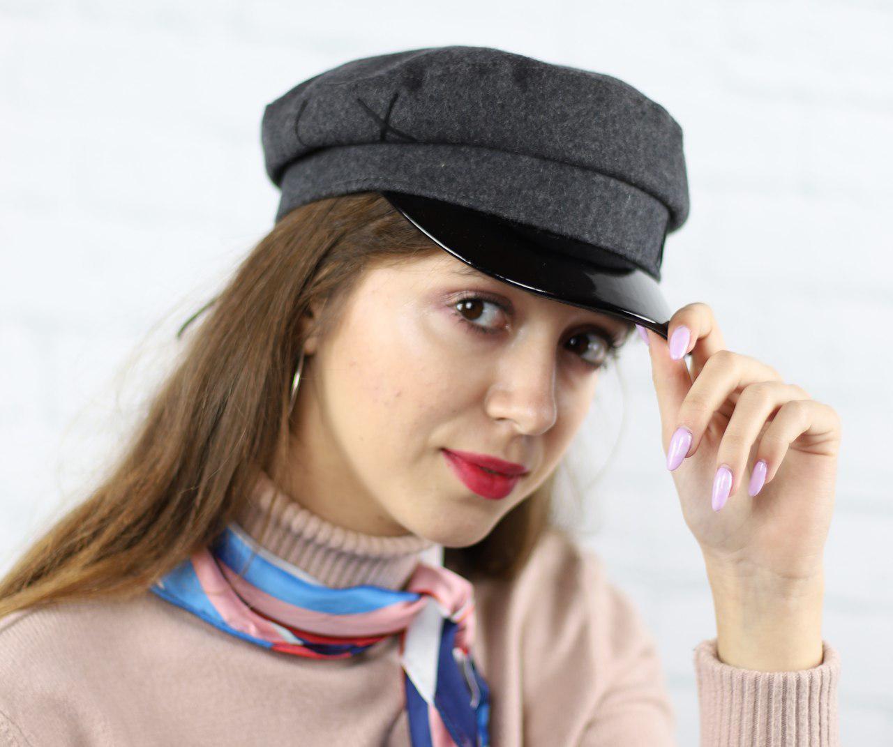 Серая женская кепка из фетра с лаковым козырьком