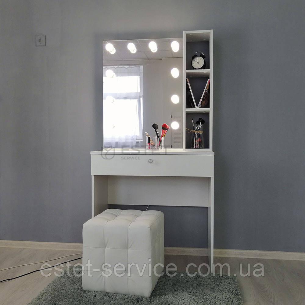 Гримерный столик с полочками возле зеркала