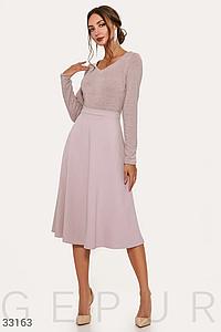Платье-миди теплое бежевого цвета с расклешенной юбкой и втачным поясом