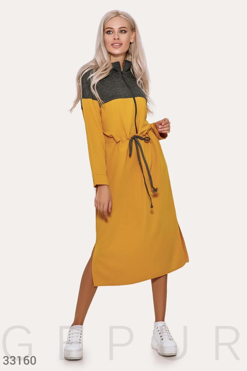 Стильное двухцветное платье спортивного стиля средней длины цвет серо-желтый