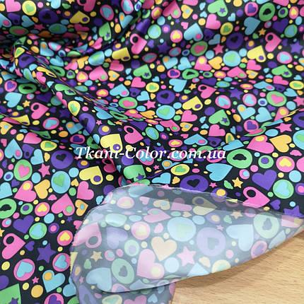 Плащевая ткань лаке принт сердечки на черном, фото 2
