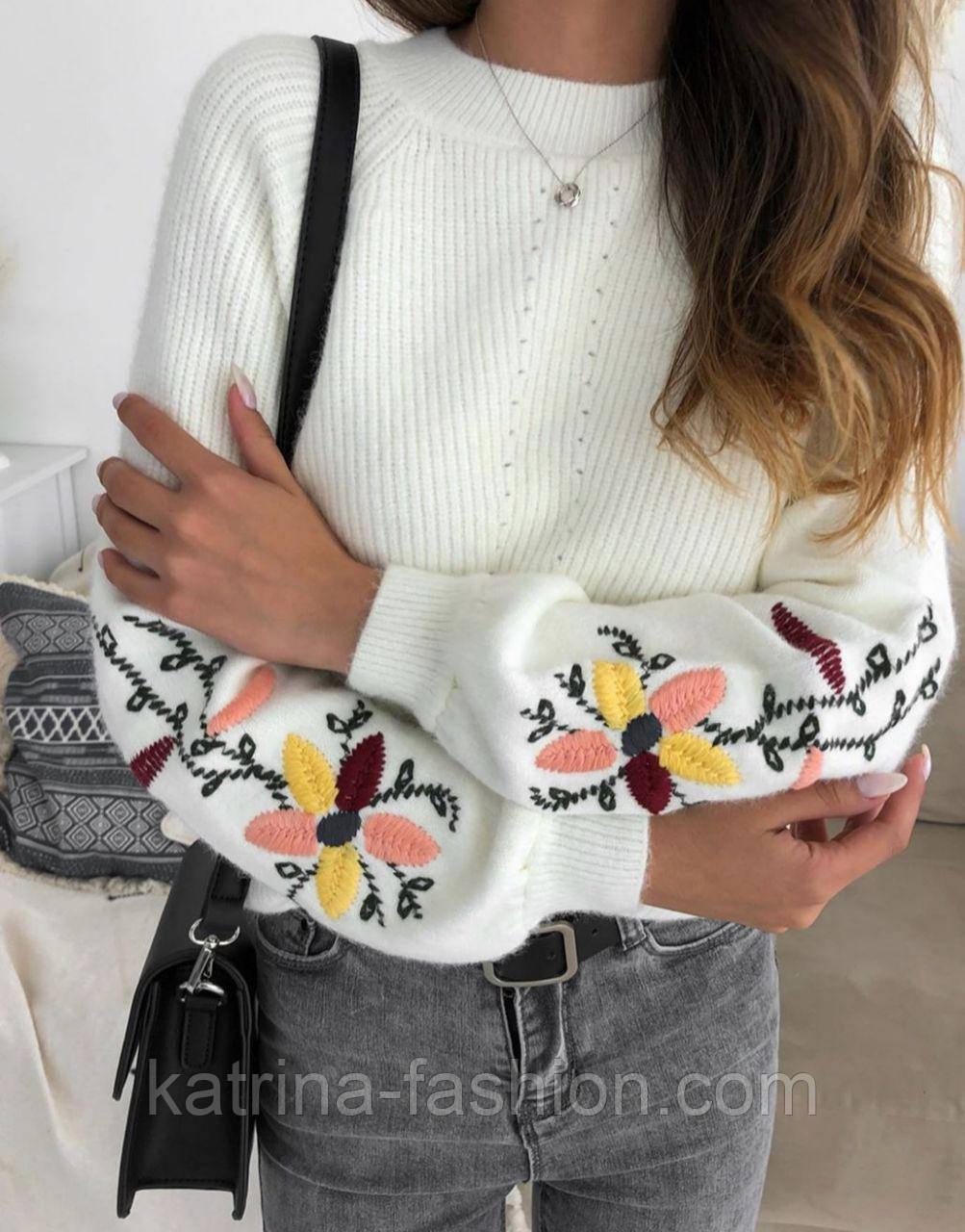 Женский стильный свитер / джемпер с вышивкой на рукавах (разные цвета)