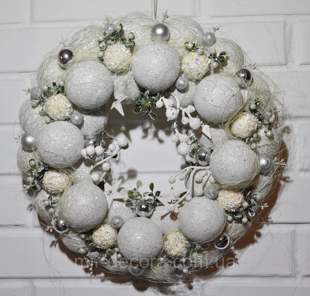 Венок новогодний из шаров. Белый