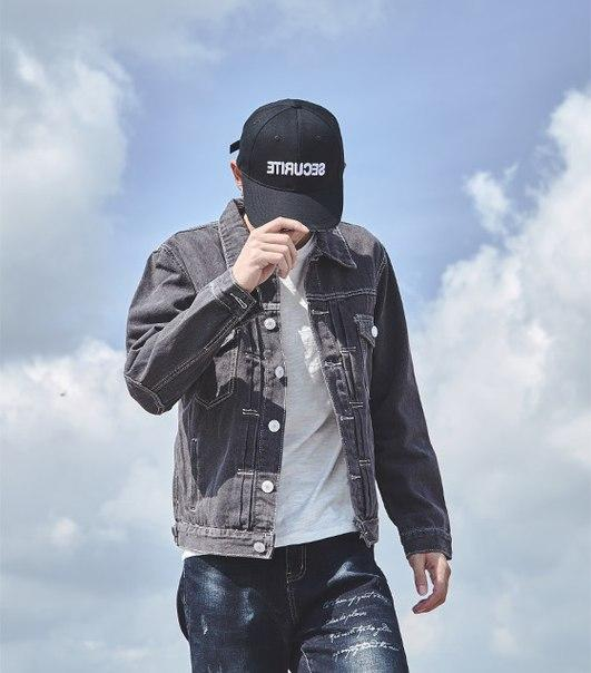 Легкая джинсовая куртка с заплатками на локтях