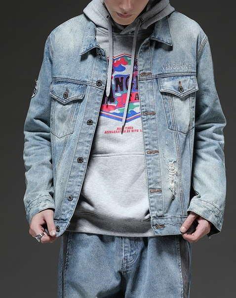 Рваная джинсовая курточка с нашивками светло синяя мужская