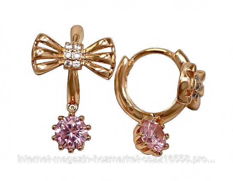 Серьги  фирмы XР. Цвет: позолота. Камни: белый и розовый циркон. Длина серьги: 2 см. Ширина: 12 мм.