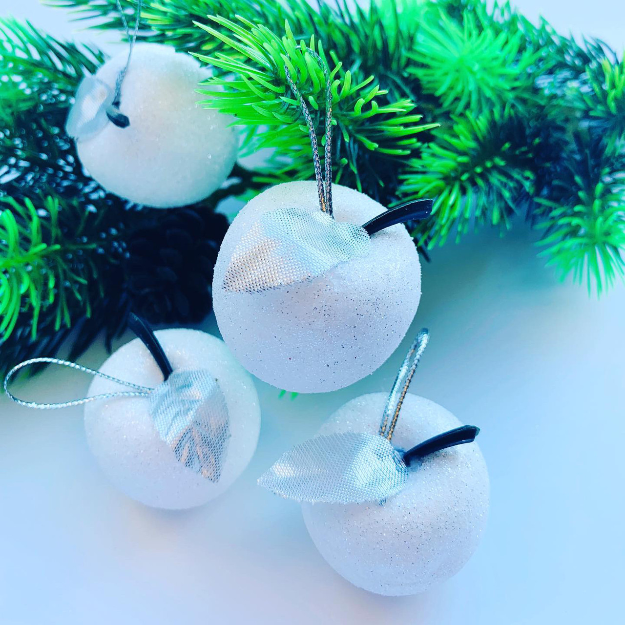 Новогоднее украшение.Набор белых яблок.(6 шт)
