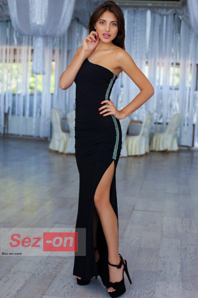 Сукня жіноча довга з асиметричним вирізом ― Чорний