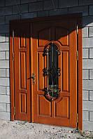 Деревянные входные двери со стеклопакетом и ковкой