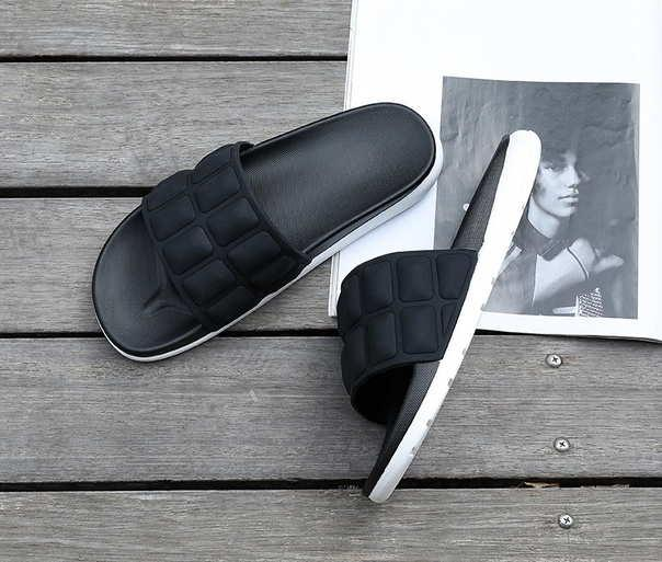 Тапочки на лето с выпуклыми квадратами черные