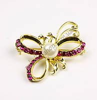 Брошь бабочка с жемчужинкой, основа метал золотистого цвета, размер: 40x30 мм, 1 штука