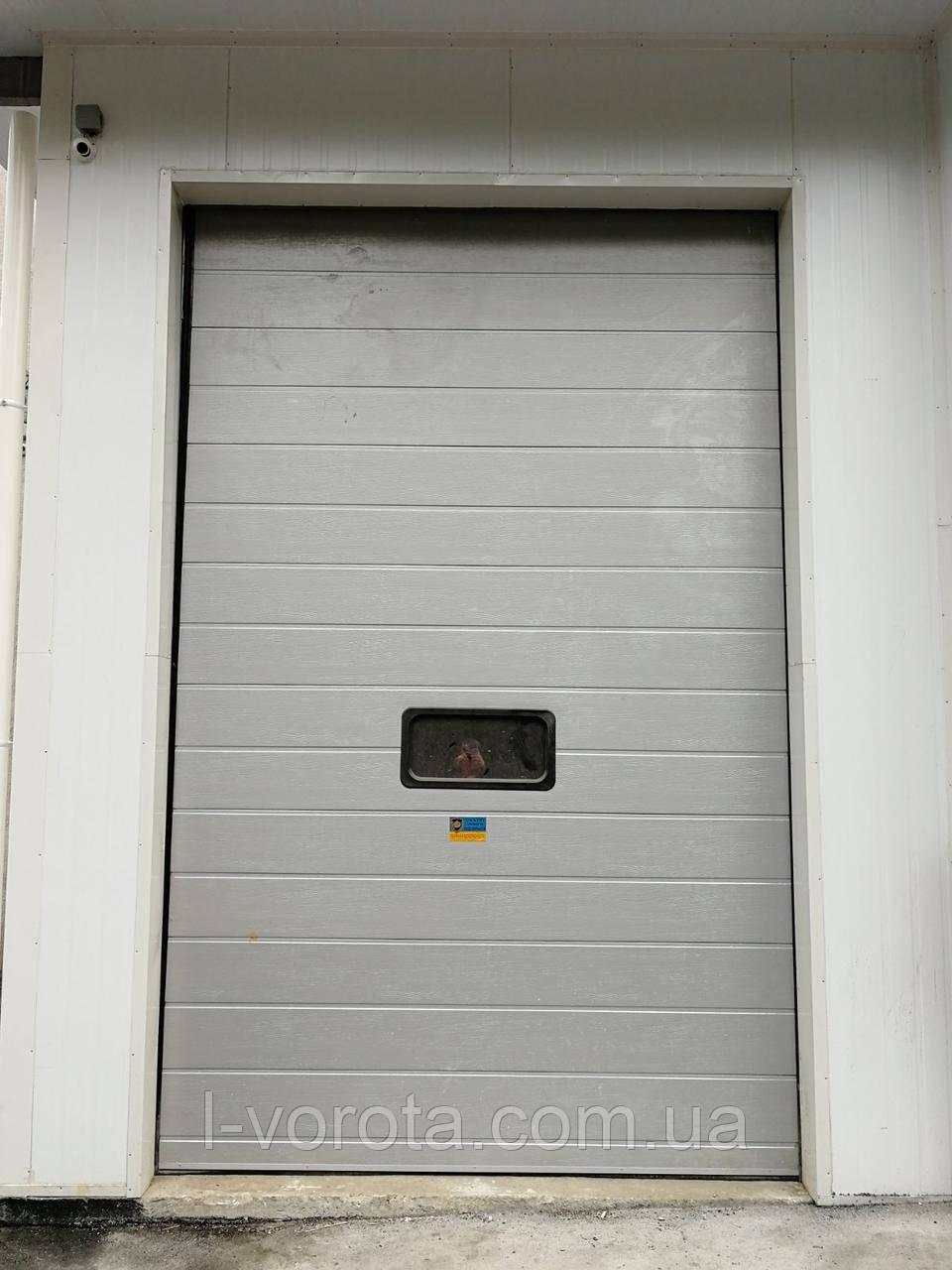 Секционные промышленные ворота - вертикальный подьем с окном DoorHan ш3500мм, в3500мм