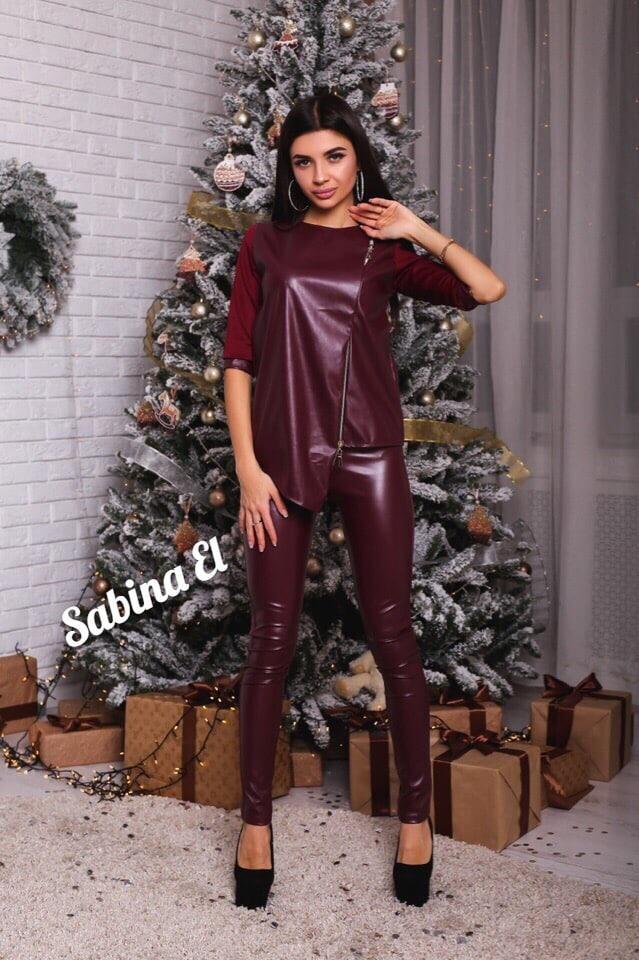 Женский костюм из эко кожи: кофта и лосины, бордового цвета