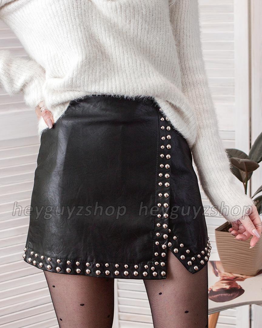 Кожаная юбка с заклёпками на запах черная мини
